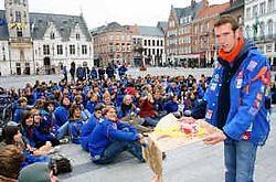 Haus Lambrecht, voorzitter KSA gewest Land van Dendermonde, riep zijn leden samen op de Grote Markt om opdrachten uit te voeren. Emiel Vermeir<br>