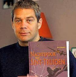 Wim Govaerts ploos het leven van piloot Heinz Wolfgang Schnaufer uit en schreef het boek 'Nachtspook van Sint-Truiden'. Eddy Van Ranst<br>