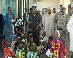 De Tsjadische president Idriss Déby bezoekt in Abéché de kinderen die naar Frankrijk hadden moeten vertrekken. Volgens hulporganisaties zijn de kinderen gemiddeld vier jaar oud.ap<br>