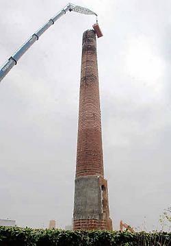Met een telescopische kraan is gisteren gestart met de afbraak van de oude schoor- steen van Fabelta. <br>Yvan De Saedeleer