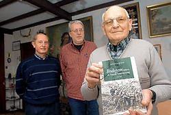Piet Verhasselt en Roger Verlie van heemkring Bodeghava gingen het boek overhandigen aan Miel Peetersmans, een echte Bodegemnaar die zelf nog in WO II heeft gevochten.Yvan De Saedeleer<br>
