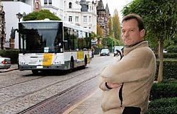Henk Mesuere klaagt over het vele busverkeer in zijn straat, de Cogels-Osylei. Koen Fasseur<br>