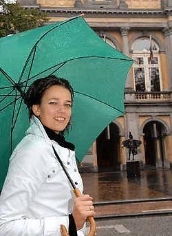 Riet Muylaert voor de Stadsschouwburg waar ze binnenkort het podium deelt met Liesbeth List.Michel Vanneuville
