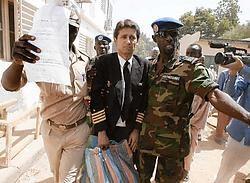 De Spaanse piloot Agustin Rey, na zijn verhoor bij de onderzoeksrechter in N'Djamena.afp<br>