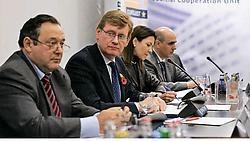 Mariano Simancas (links), directeur van Europol, op een persconferentie gisteren in Den Haag: 'We weten niet waar dit gaat stoppen.'ap<br>