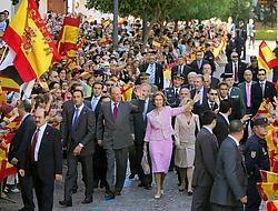 OMSTREDEN BEZOEK <br>De Spaanse koning Juan Carlos en koningin Sofia werden gisteren enthousiast onthaald in Ceuta, een van de Spaanse enclaves in Marokko. Het is het eerste bezoek van een Spaanse vorst aan de enclave sinds 1927, toen Juan Carlos' grootva