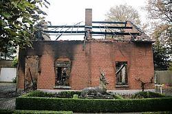 Het huis in de Kapelstraat in Heusden brandde helemaal uit. Het buurhuis liep zware rookschade op. Mine Dalemans<br>