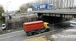 Voor eind december moeten de brug over de A12 in Breendonk en het wegdek eronder vernieuwd zijn. Eddy Van Ranst