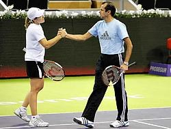 Justine Henin en coach Carlos Rodriguez werken in Madrid een laatste training af. 'Waar ik vroeger als een bezetene zou hebben getraind, sla ik nu nog maximaal twee uur per dag tegen een bal. Ik kies niet meer voor de kwantiteit, maar voor de kwaliteit' z