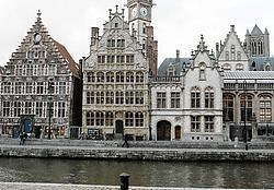 Het Huis der Vrije Schippers (midden, in de schaduw van de toren van het gewezen postgebouw) staat op een toeristische toplocatie, maar zo'n voordeel heeft ook nadelen.<br>Gianni Barbieux