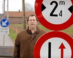 Mario Verhellen (SP.A) aan de bewuste wegversmalling.David Stockman