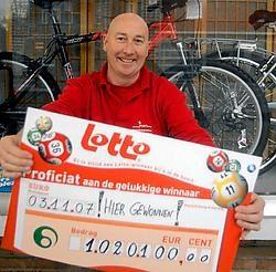 Alweer mag Johan van krantenwinkel Joan een cheque overhandigen aan een Lottowinnaar. Carol Verstraete<br>
