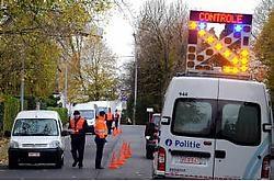 De politie sloot in Marke de weg af om verdachte voertuigen te onderscheppen en inbraken tegen te gaan.Patrick Holderbeke<br>