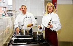 Burgemeester Sandy Evrard testte gisteren samen met Miss België Annelien Coorevits zijn spaghetti-recept uit. rr <br>