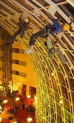Alpinisten wassen ruiten Gents Marriott hotel <br>De lobby van het Gentse Marriott-hotel is monumentaal mooi met haar glazen dak, maar ook zeer hoog. Alpinisten moeten er de ruiten komen lappen.<br>Het Marriott-hotel op de Korenlei. Half negen 'savonds. O