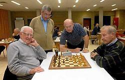 Fernand Van Cauwenbergh meet zich met oud-secretaris Firmin Cheritté onder de belangstelling van voorzitter Frans de Smet en secretaris Theo Vandergoten. Carol Verstraete