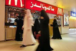 Christoph Wilcke van Human Rights Watch: 'Dit vonnis toont aan hoe sterk de overtuiging bij de Saudische<br> rechters is dat de plaats van vrouwen in huis is.' Foto: straatbeeld in Riyad.Photo News<br>