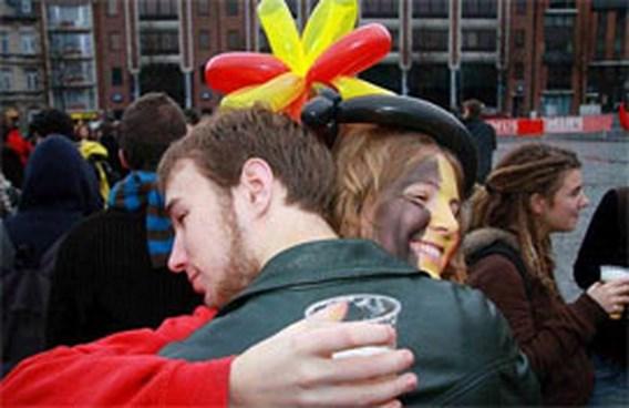 Vlaamse en Waalse studenten knuffelen in Leuven