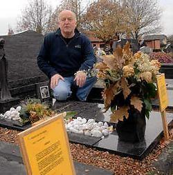 Marc Neulant keek verwonderd op toen hij aan het graf van zijn vader en moeder de aankondiging las dat het graf verdwijnt. Carol Verstraete
