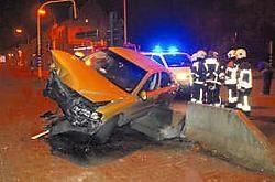De wagen van de 25-jarige man smakte tegen de betonnen blokken.