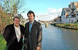 De schepenen Norbert De Mey en Jan Vermeulen van Deinze willen aanmeermogelijkheden voor pleziervaartuigen ter hoogte van het Kerkplein langs de Leiedam. Guy Van Den Bossche