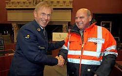 Hoofdcommissaris Steven De Smet gaf Daniël Termont een extra large fluojas. Want ook een burgemeester moet zichtbaar zijn in het verkeer.Gianni Barbieux