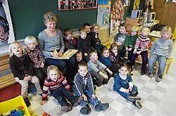 De kindjes van de eerste kleuterklas luisteren naar oma die voorleest in <br>hun school. Stefaan Beel<br>