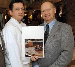 Kok Edwin Van Goethem en Lucien Bats stellen samen het kookboek 'Smullen van Sint-Niklaas' voor. pms