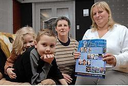 Dylan met zijn zus Aisha, grootmoeder Carine Strubbe en moeder Katty Taveirne: een ploeg vinden die openstaat voor autistische kinderen verliep niet vlot. Michel Vanneuville<br>