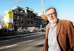 Schepen Eric De Keyser bij de bouwwerf van het tweede appartementsblok in de Galileïstraat. Isabelle Vanhassel