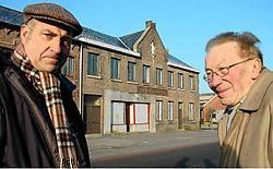 Antoon Vranken (l) en meester Leon Wampers (r) voor het Katholiek Volkshuis van Op-Grimby. (lcm)<br>