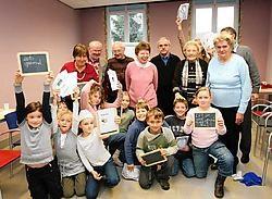 De senioren van Koningshooikt speelden het voedingskaartspel tegen de leerlingen van de Heilig Hartschool.Eddy Van Ranst<br>