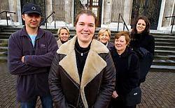 Onthaalmoeder Veronique Roelant omringd door enkele familieleden en sympathisanten: 'Velen hebben mij geloofd en gesteund tijdens die vijf moeilijke jaren.' Patrick Holderbeke