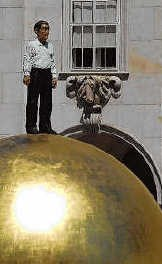Sphaera, verrassende hedendaagse sculptuur van Balkenhol. rr<br>