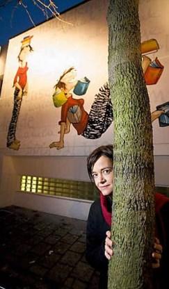 Cordelia siert voortaan de stripmuur in de Keizerstraat. Ilah is tevreden over het resultaat. Wim Kempenaers <br>