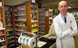 Paul Vannes in 2001, met achter hem het briefje op de toonbank. 'In al die jaren is er geen enkele klacht tegen mij ingediend', zegt hij.Marc Herremans
