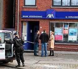 Vier gewapende en gemaskerde mannen overvielen gisterenmorgen het AXA-kantoor. Koen Fasseur <br>