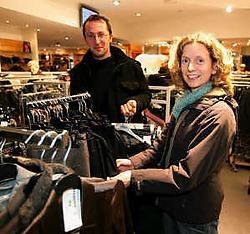 Liesbeth Kersjes en Frederik Leys uit Landegem trokken naar Bulté in Waarschoot voor de koopjes.<br>
