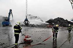Met grote kranen werd de berg schroot gisteren uit elkaar gehaald om te controleren of er geen vuurhaarden meer verstopt zaten. pms<br>