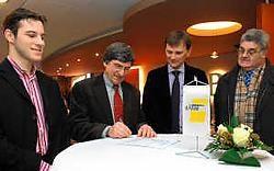 De firma Neon Elite vertegenwoordigd door Damien Loosveldt (derde van links) ondertekende als eerste een contract met De Lijn. FM<br>