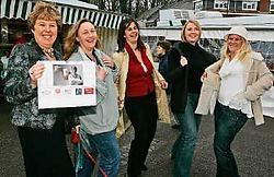 De handelaars uit Meise proberen hun naaktkalender enthousiast te verkopen voor het goede doel.<br>Koen Merens