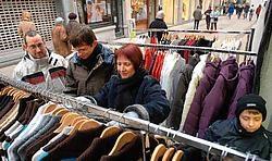 De familie Vandenborre zoekt naar nieuwe kledij. 'Wij zijn geen koopjesjagers, maar aangezien we hier toch in Halle zijn, kijken we toch eens rond.'Yvan De Saedeleer