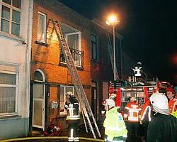 De brandweer kon voorkomen dat het vuur naar de aanpalende woningen in de Raamstraat oversloeg. Vacas<br>