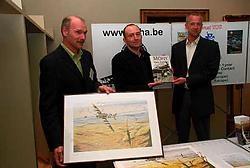 Cynrik De Decker en Peter Celis schreven een boek over oorlogspiloot Remy Van Lierde, die 39 vliegende bommen neerhaalde. Nog op de foto Kurt Basslé die luchtvaartschilderijen maakt.Eddy Vuylsteke