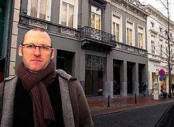 Kris Van der Coelden: 'De Stationsstraat heeft heel wat waardevolle gevels maar de gebouwen zijn op de benedenverdieping ontsierd door handelszaken.' Luc Verstraeten