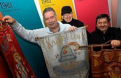 Mario Van Den Berghe, Patrick Janssens en Rony Den Herder: 'We tonen onder meer een hele reeks vlaggen uit de beginperiode van de Aalsterse carnavalsstoet.' Carol Verstraete