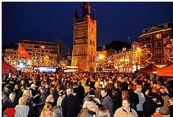 De nieuwjaarsreceptie voor de Kortrijkse bevolking op de Grote Markt werd massaal bijgewoond. Patrick Holderbeke<br>