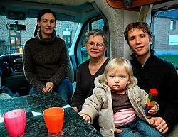 Barbara Kok, oma Chris Goris, Benjamin Goyvaerts en Yasmina kamperen in een mobilhome voor de Freinetschool. Gert Devocht