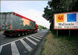 Dat de wegen er aan de andere kant van de taalgrens belabberd bijliggen, komt volgens minister Michel Daerden omdat de Vlamingen geen wegenvignet willen. photo news<br>
