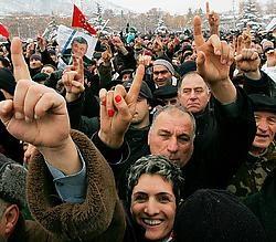 Betogers in Tbilisi vormen het cijfer één, het kandidaatsnummer van oppositieleider Levan Gatsjetsjiladze.afp<br>